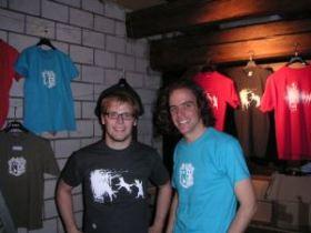 Verkaufen auch Shirts: Luc Fischer (links) und Elmar Müller