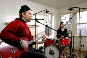Pulli, Gitarre und Schlagzeug farblich abgestimmt - und gute Musik auch noch