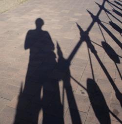 Olli am Zaun ohne Hund Marie