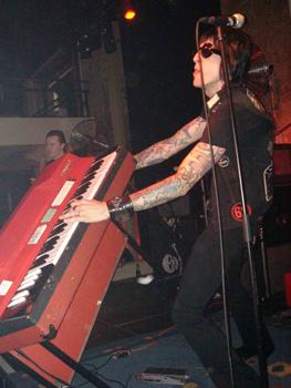 ...dass er und sein Piano noch leben.