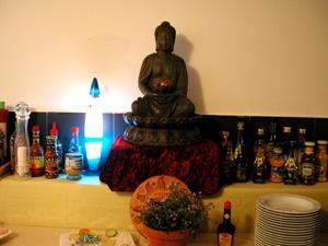 Der Buddah wacht über das Salatbuffet